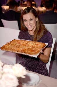 From https://celebrity.yahoo.com/blogs/celeb-news/jennifer-garner-elle-women-in-hollywood-award-pizza-131818488.html